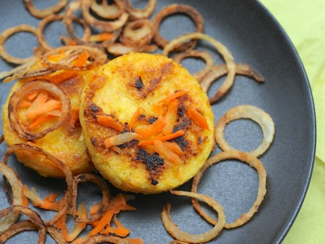 Polenta cakes with crispy onion ring